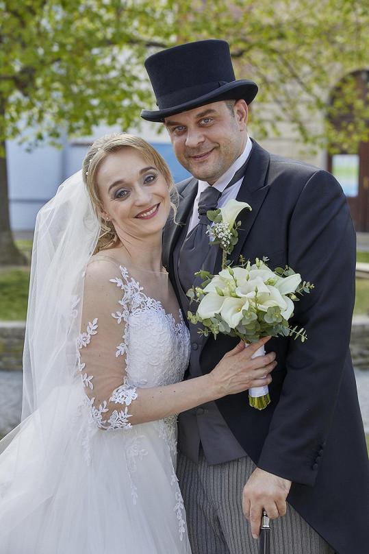 Klára Oltová a Roman Štabrňák jako Květa a Vilík. Pro herečku šlo o první televizní svatbu.