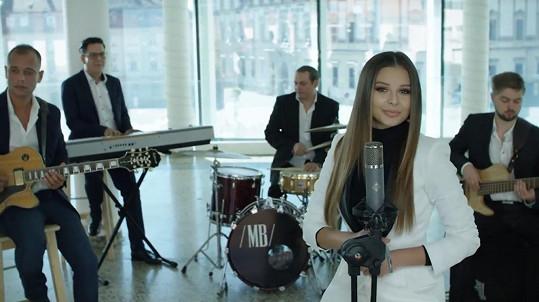 Se svou kapelou, kde hraje na bicí tatínek Josef Bango.