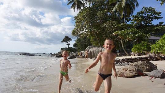 Klukům se na Seychelách moc líbilo.
