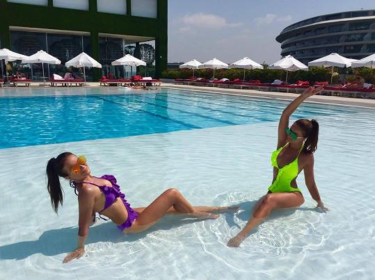 Slovenská dvojčata v hotelovém dováděla v bazénu.