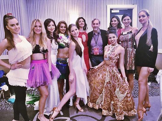 Natálie s dalšími finalistkami Miss World