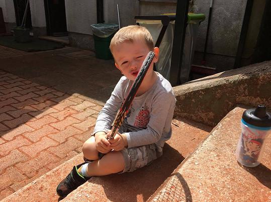 Že by začal s tenisem koketovat i nejmladší člen rodiny Dvořákových?