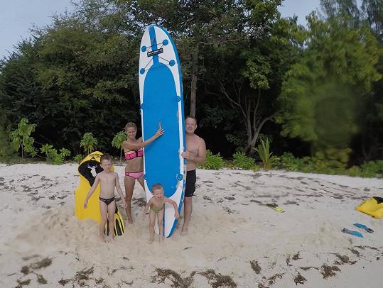 Rodinka dováděla na paddleboardu.