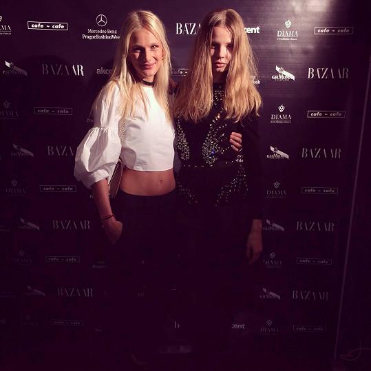 Magdalena Frackowiak (vpravo) je v Praze. Včera ozdobila zahajovací párty pražského Fashion Weeku. Na snímku společně s českou modelkou Zuzanou Stráskou.