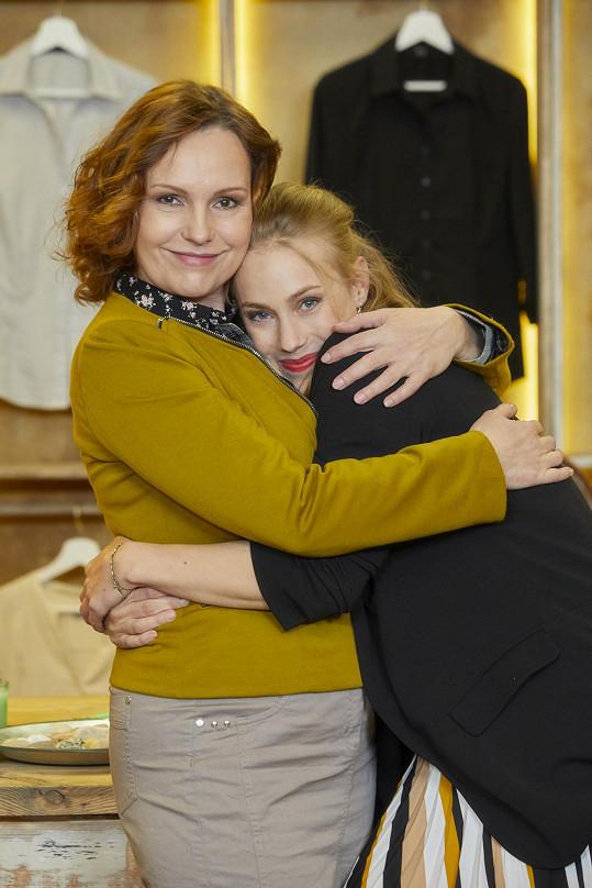 Její seriálovou dceru hraje Aneta Krejčíková, která se vrací po mateřské pauze.