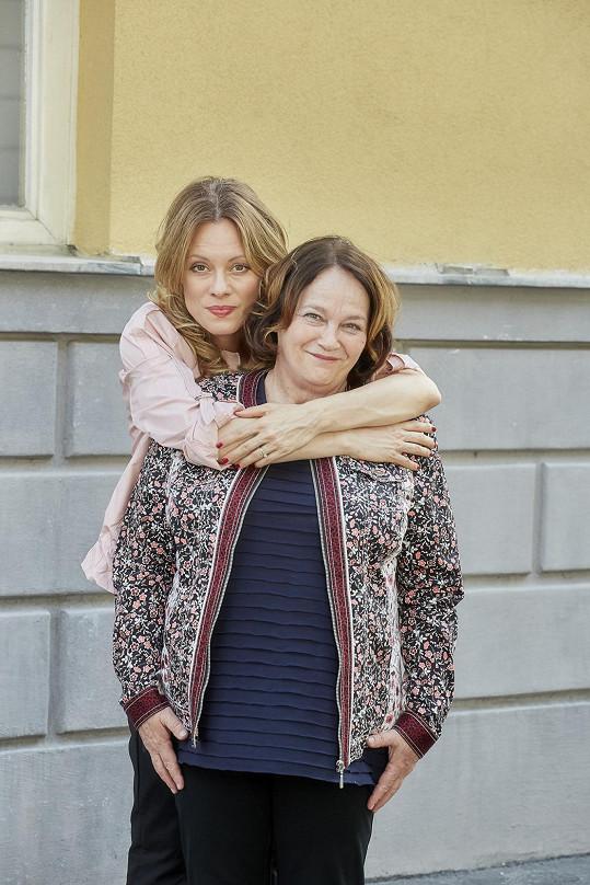 """Jitka Smutná se svou seriálovou dcerou Lindou Rybovou. """"S Lindou jsme spolu nikdy nehrály, ale je to skvělá herečka a zajímavý člověk,"""" říká Smutná."""