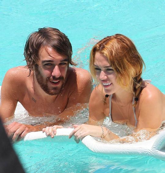 Miley má k asistentovi opravdu hodně blízko.