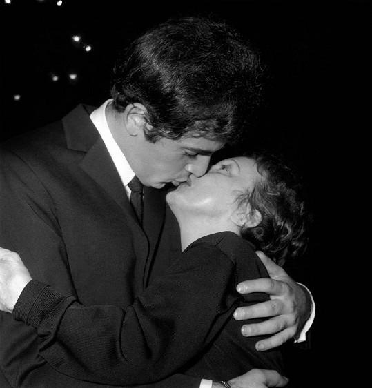 Rok před smrtí se stihla ještě vdát za mladého krasavce Thea Sarapa. O víc jak dvacet let mladší řecký kadeřník se stal zpěvákem.