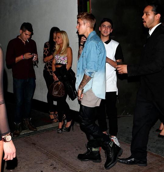 Justin Bieber odchází z klubu, ale noc pro něj ještě rozhodně nekončí...