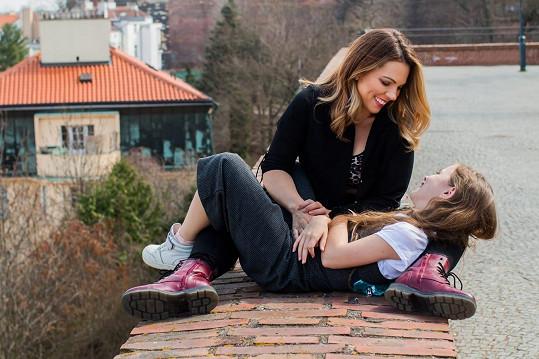 s maminkou Míšou Noskovou před objektivem profesionálního fotografa