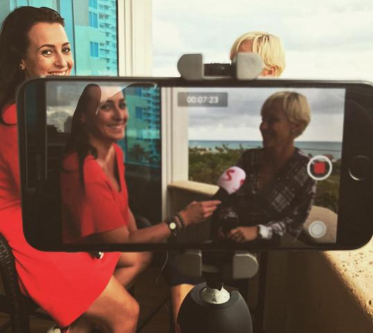 Veronika Farářová moderuje na Televizi Seznam lifestylový pořad Slavní. V Miami udělala rozhovor se Zuzanou Belohorcovou.
