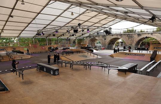 Tři bloky módních přehlídek se v sobotu odehrály v prostorách skateparku na pražské Štvanici.