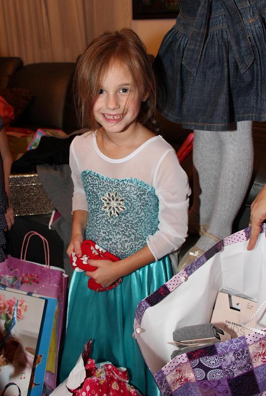 Všechny dárky prý ani nestihla rozbalit.