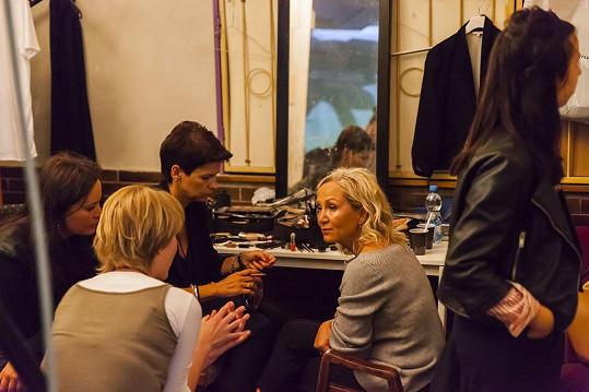 V zákulisí při přípravách mimo jiné s patronkou Debry Jitkou Čvančarovou