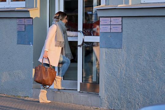 Kateřina Němcová míří na kamerové zkoušky.