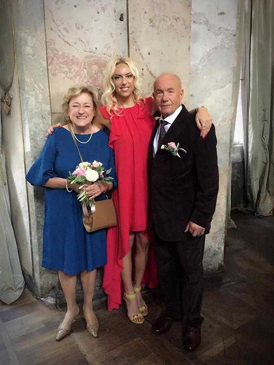 Kateřina s maminkou Jiřinou a tatínkem Lubomírem Mátlem, který zemřel loni v srpnu.