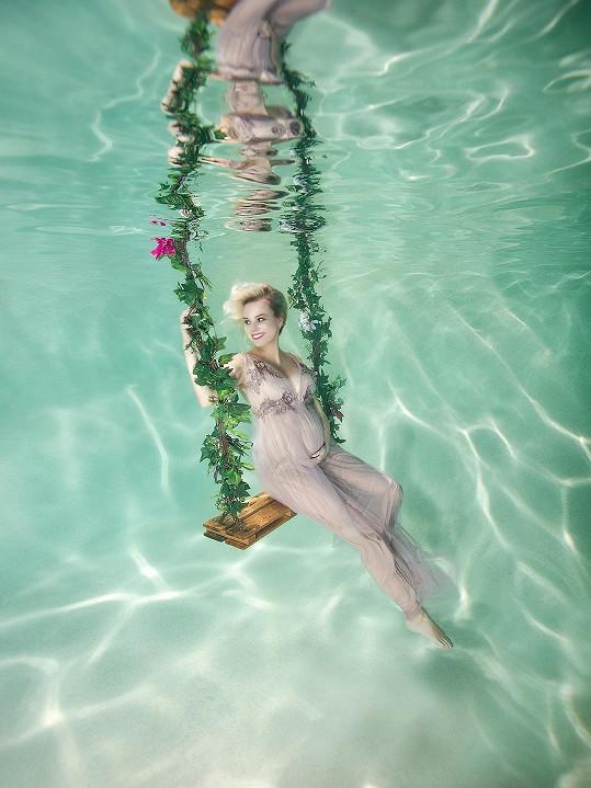 Původně nechtěla absolvovat ani těhotenské focení. Nakonec kývla na nabídku své osvědčené fotografky a vznikly krásné snímky ve vodě.