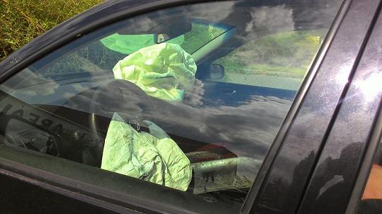 Viníka autonehody možná před zraněními zachránily airbagy.