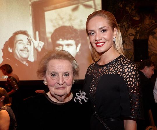 Kromě pravidelného focení v USA se Taťána Kuchařová vloni zúčastnila také jedné z nejprestižnějších společenských akcí roku – slavnostní večeře k 25. výročí sametové revoluce, kterou 18. 11. ve Washingtonu hostila Madeleine Albrightová.