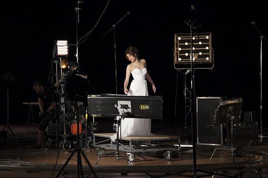 Zpěvačka při natáčení klipu k písni Love in Your Soul