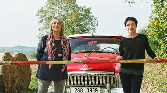Táňa s Eliškou s dalším hlavním hrdinou filmu, kterým je auto značky Volha.