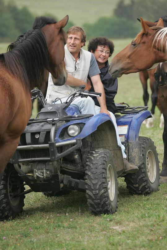 Bude je trávit u koní.