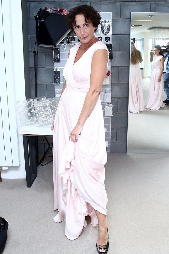 Z bílé uniformy do světlých šatů. Svatební salon Kristýna Frejová navštívila v rámci natáčení seriálu.