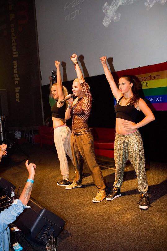 Dara se svými tanečnicemi předvedla show nabitou ženskou energií.