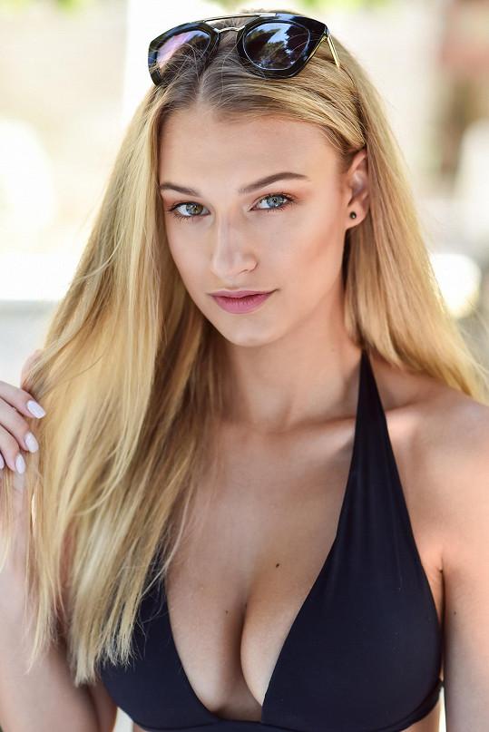 Kateřina Kasanová má jedno oko modré, druhé hnědé. Má oční vadu.