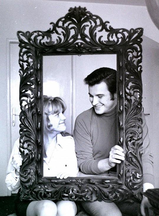 Zpěvačka Eva Pilarová ve svém pražském bytě v Dejvicích se svým druhým manželem Jaromírem Mayerem v letech 1967-68