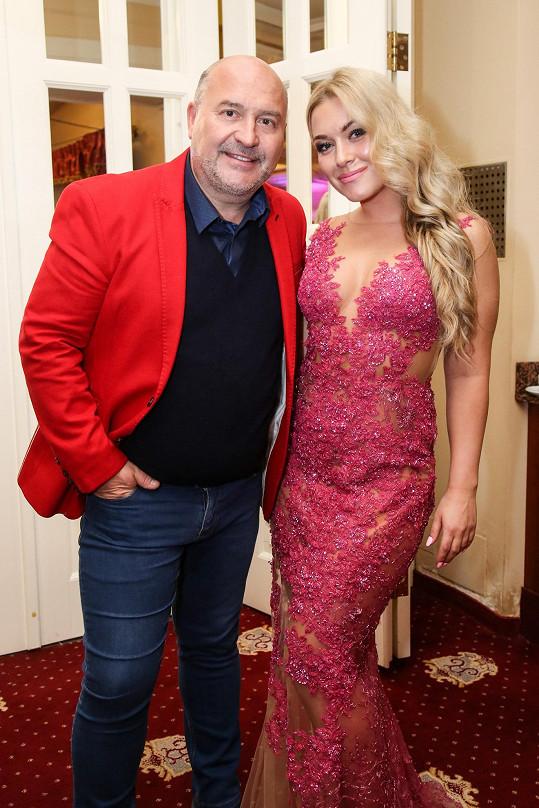 Michal David s pořadatelkou Dominikou Myslivcovou