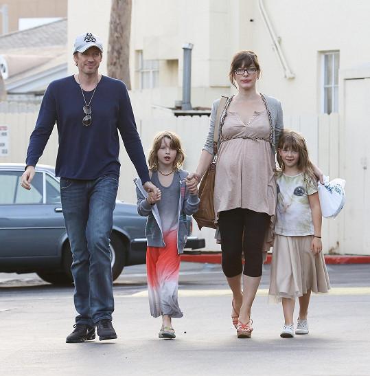 Milla Jovovich si rodinný život nadmíru užívá.