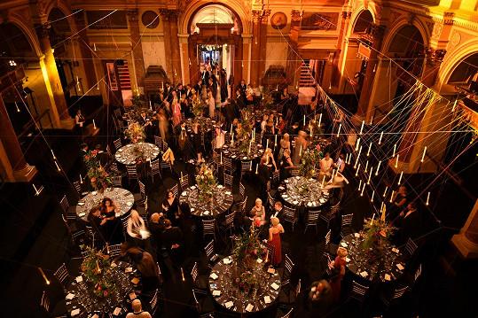 Hlavní sál bývalé Živnobanky se díky zavěšeným svíčkám proměnil v prostor připomínající jídelnu z Bradavic.