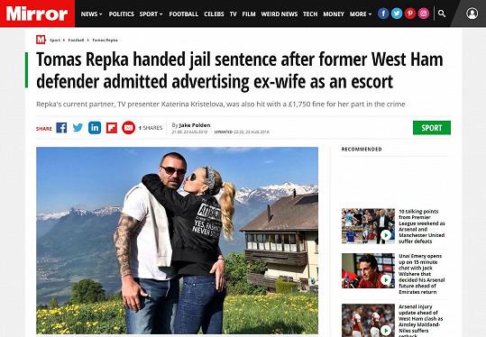 Zamilovanou fotku a titulek o rozhodnutí soudu mají v bulvárních novinách Mirror.