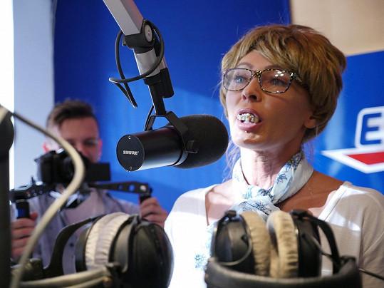 U mikrofonu už stála v paruce, s brýlemi a s protézou....