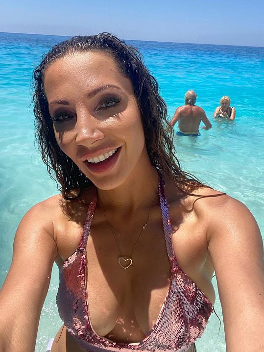 Na ostrově Zakynthos jí rozhodně déšť dovolenou nepokazil.