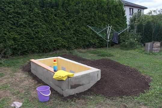 Hlína evokuje, že nejde o bazén, ale čerstvě vykopaný hrob.