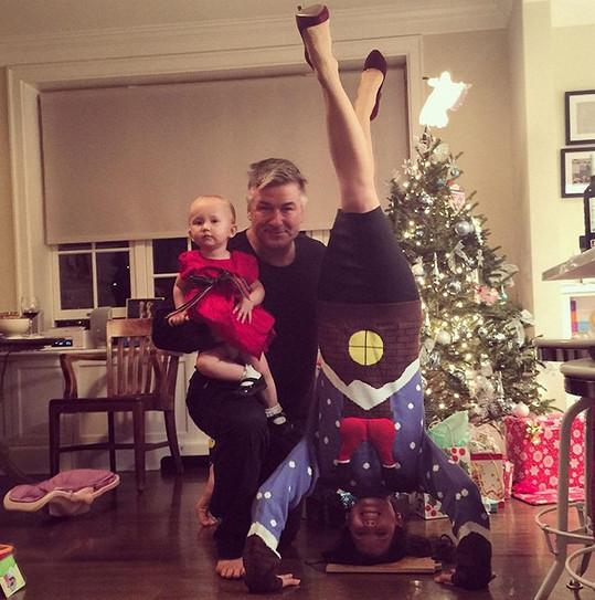 Hilaria nevydržela bez jógy ani u vánočního stromečku.