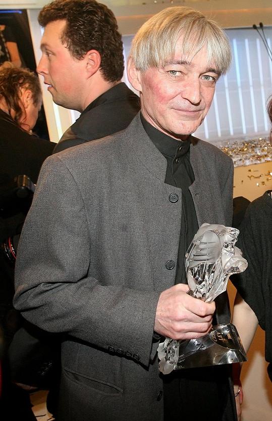 Vladimír Dlouhý s Českým lvem za film Hlídač č. 47