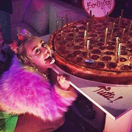 Miley dostala dort ve tvaru pizzy.