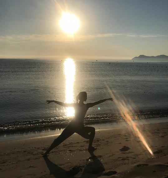 Cvičení při východu slunce.