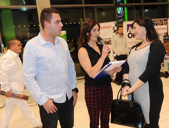 Moderátorka večera Hanka Kynychová zpovídá zpěvačku na party k ukončení páté úspěšné sezony automobilového závodníka Jakuba Kubase.
