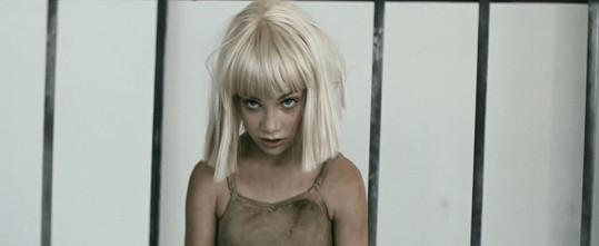 Maddie Ziegler tančila již ve zpěvaččině předešlém hitu Chandelier.