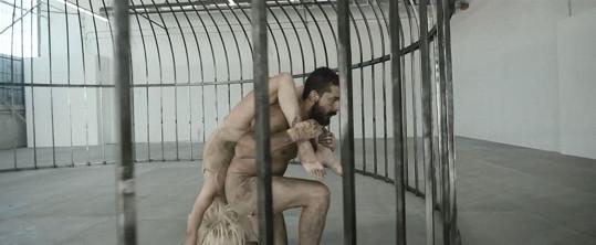 Shia LaBeouf s dvanáctiletou baletkou ztvárňují zvířata v kleci.