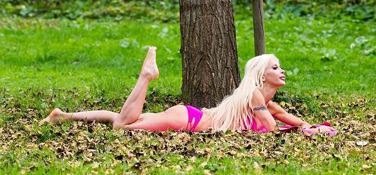 Vesele se rozvalila pod stromem...