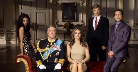 Liz Hurley jako královna Helena se seriálovými rodinnými příslušníky.