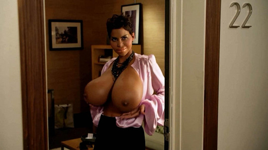 V komedii Mládeži nepřístupno (2013) předvedla umělá prsa.