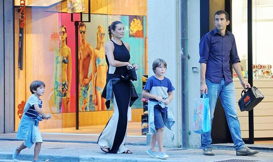 Modelka je na dovolené se svými syny, ale kdo je onen tajemný muž?