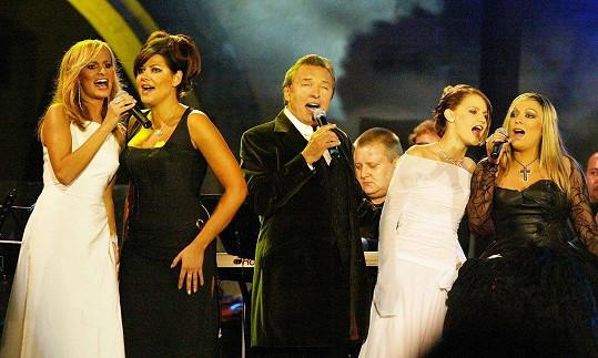 Takhle Monika Absolonová a Ilona Csáková zářily na Královnách popu na Karlštejně v roce 2004.