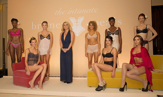 Britney Spears v roli návrhářky s modelkami v její kolekci spodního prádla.